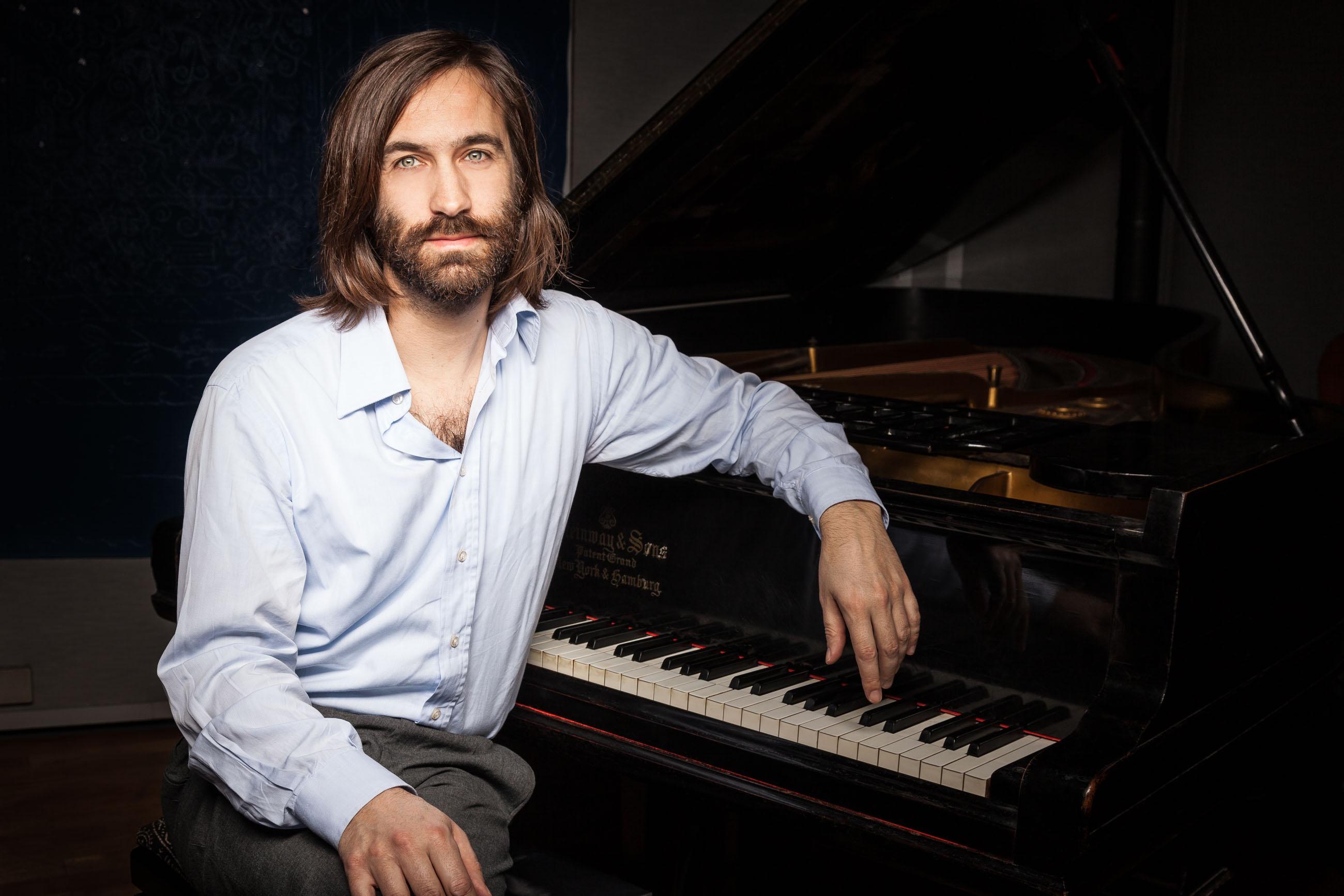 SVEN VOGEL FOTOGRAF FOTOGRAFIERTE GREGOR SCHWELLENBACH AM PIANO